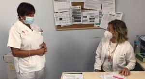 Personal médico en una consulta de cáncer de mama.