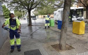 Personal de Inagra limpia con agua las semillas caídas en el suelo.