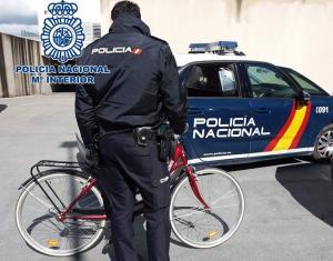 Un agente, con la bici recuperada.
