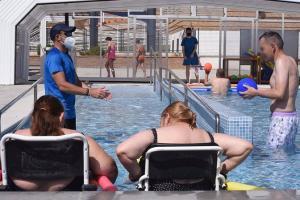 Usuarios de tres centros disfrutarán la piscina, ubicada en el complejo de Armilla.