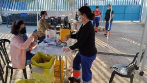 Vacunación en el estadio municipal Francisco Bonet de Almuñécar.