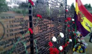 Memorial frente a la tapia del cementerio de Granada.