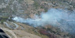 Imagen tomada por los medios aéreos del fuego en un paraje de Lújar.