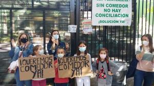 Protesta en el CEIP Fuentenueva, centro que seguirá sin servicio.