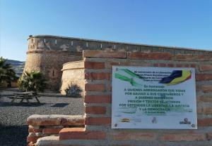 Fuerte de Carchuna, con la placa en primer término, en una imagen de archivo.