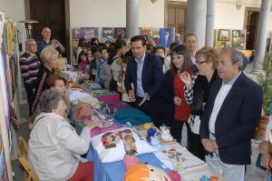 El alcalde de Granada inaugura la exposición.