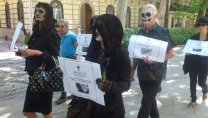 Activistas portaban 'esquelas' con especies en peligro de extinción.