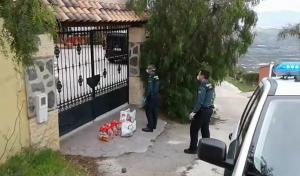 La Guardia Civil entrega alimentos a la familia.