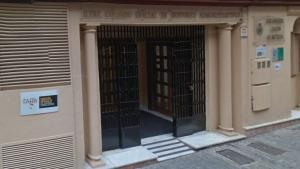 Entrada del Colegio de Gestores Administrativos de Granada, Jaén y Almería, en la calle Frailes.