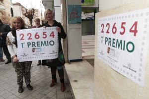 Celebración de un premio en la Administración de la calle Palencia.
