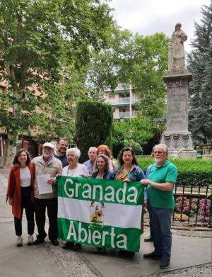 Integrantes de la plataforma, este viernes en la Plaza de Mariana Pineda.