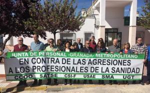Concentración en la puerta del centro de salud de Guadahortuna.