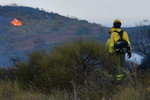 Imagen en la que aún se observan focos del fuego en Gualchos.