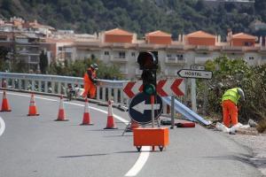 Trabajos para poner nuevas barreras en La Herradura.