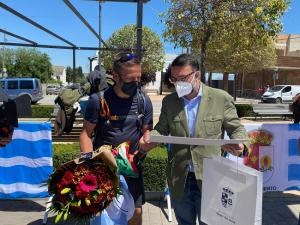Víctor Henares, a su llegada a Vegas del Genil, con el alcalde de la localidad.