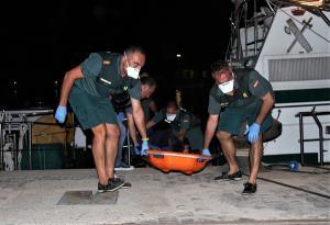 Agentes de la Guardia Civil al desembarcar anoche en el Puerto de Motril.