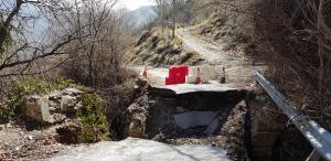 El puente se derrumbó el 2 de marzo y así continúa.