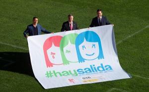 El subdelegado del Gobierno con el director general del Granada CF y el vicepresidente del club.
