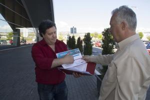 Fernando José Martín, muestra al periodista Pedro Feixas información del caso.