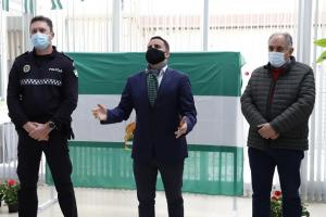 Juan Pinilla flanqueado por el alcalde y el jefe de la Policía Local de Huétor Tájar.