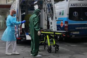 Profesionales sanitarios se desinfectan tras un traslado hospitalario.