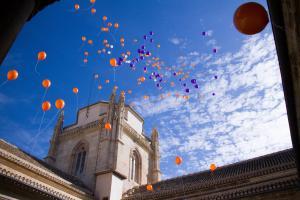 Al término del acto se han soltado globos.
