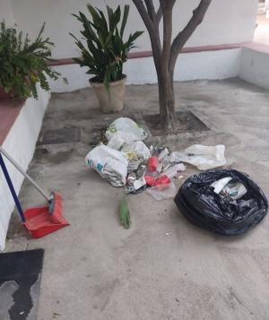 Restos de basura de un botellón, a las puertas de la Huerta de San Vicente.