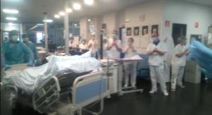 Profesionales sanitarios aplauden a un paciente que abandona la UCI.