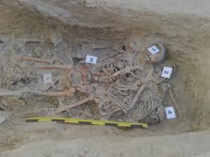 Imagen de la fosa con los restos de los cinco cuerpos.
