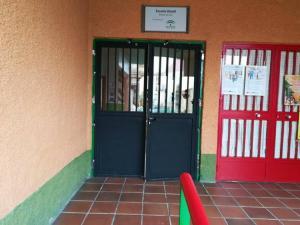 Imagen de archivo del acceso a la Escuela Bernard Van Leer.