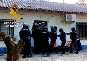Agentes entran en la vivienda de uno de los detenidos.