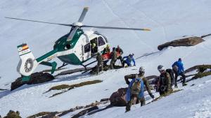 Rescate de un senderista el sábado en Sierra Nevada, en el que ayudaron militares que estaban de maniobras en la zona.