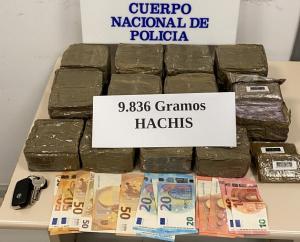 Hachís y dinero intervenidos en la operación.