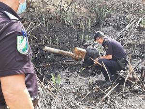 Agentes, junto al cañón de gas que originó el fuego.