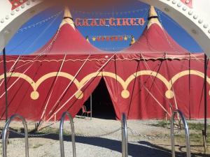 Circo que publicita espectáculos con animales.