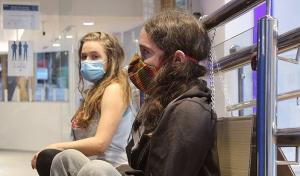 Dos de los activistas, encadenados a una barandilla a la entrada de la sucursal.
