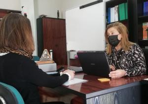 Atención a una usuaria en el centro, ubicado en Iznalloz.