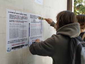 Pegada de carteles en la UGR con información científica sobre la crisis climática.