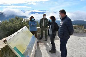 Responsables de la Junta, en el Mirador Cueva del Gato, en la Sierra de Huétor.