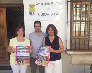 Ediles de Cúllar Vega, con el cartel de las ayudas.
