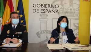 La subdelegada del Gobierno, Inmaculada López, junto a un mando policial.