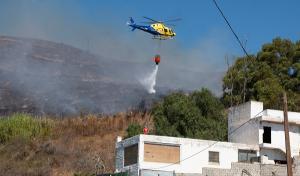 Imagen de uno de los helicópteros durante las tareas de extinción en Motril.