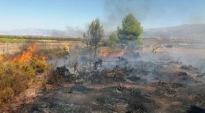 Trabajos para atajar las llamas en el incendio de Padul.
