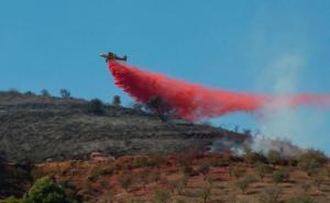 Espectacular imagen que recoge la descarga de agua sobre la zona afectada por el incendio en Polopos.