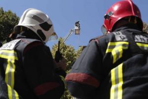 Bomberos en un incendio en Bib-Rambla el año pasado.