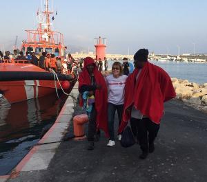 Una voluntaria de Cruz Roja atiende a dos de las mujeres rescatadas.