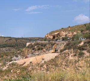 Vista del Barranco del Carrizal, donde trabaja una máquina removiendo la tierra.