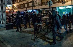 La Policía Nacional durante su intervención para frentar los incidentes.