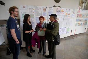 Jemi Sánchez junto al representante de Arcoiris y de Familias por la Diversidad.