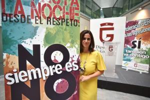 La diputada provincial Irene Justo, junto al cartel de la campaña.